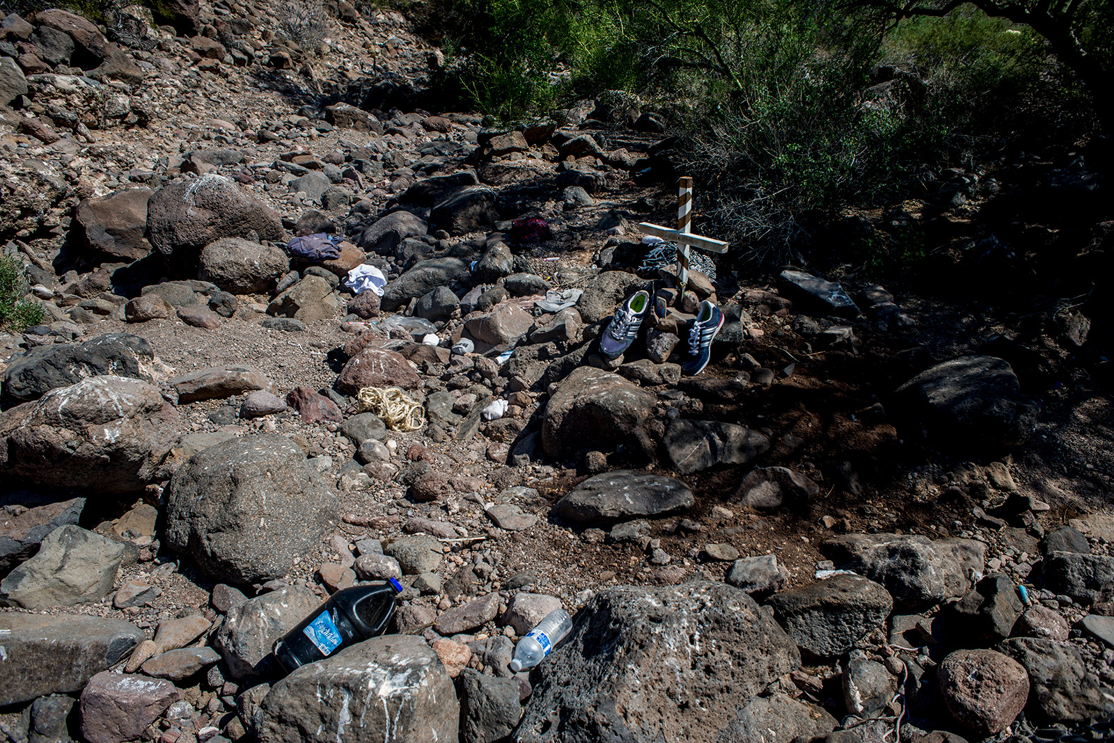Volunteers with Aguilas Del Desierto erected a makeshift cross on Aug. 26, 2017, at the site where a body had decomposed in the Arizona desert near the U.S.-Mexico border. <em>(Brandon Quester/inewsource)</em>